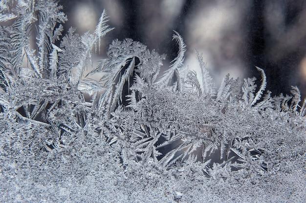冬のガラスの霜のパターン