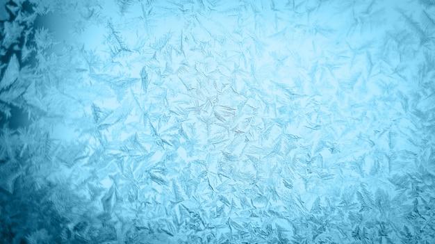 겨울 창 유리에 서리가 내린 크리스마스 패턴