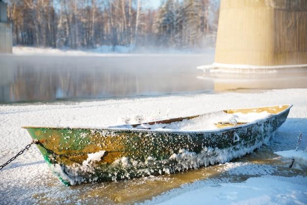 Морозный день, лодка замерзла во льду