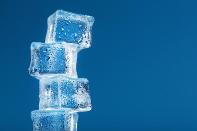 青い背景に塔の形をした冷ややかな角氷。