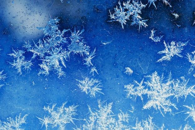 冬のウィンドウに冷ややかな自然のパターン