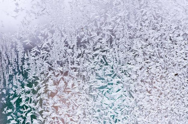 겨울 창에 서리가 내린 자연 패턴