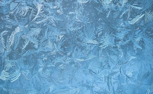 Морозный узор на оконном стекле. зимняя синяя стена