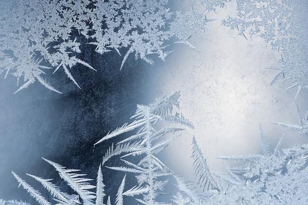 窓ガラスのクローズアップの冷ややかなパターン。自然と独自性の季節