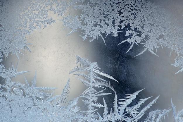Морозные узоры на оконном стекле крупным планом