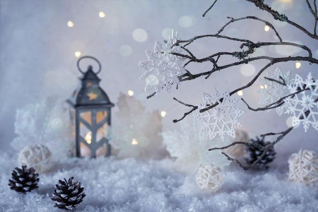 Морозная зимняя страна чудес со снегопадом и волшебными огнями