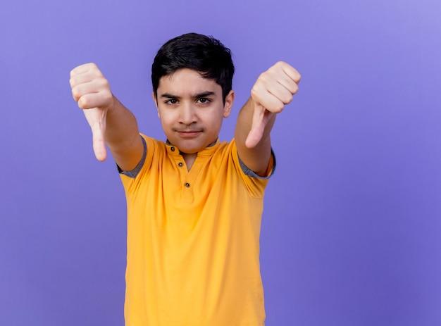 복사 공간 보라색 벽에 고립 아래로 엄지 손가락을 보여주는 찡그림 어린 백인 소년