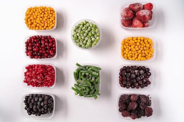냉동 된 딸기와 야채 흰색 절연 플라스틱 상자에