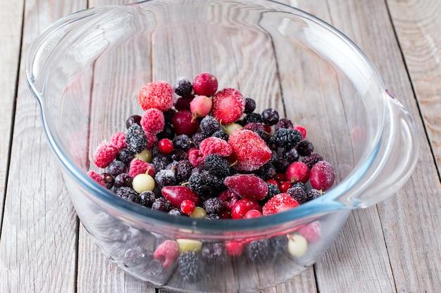 Замороженные ягоды в стеклянной посуде