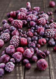 Смесь замороженных ягод на деревянном фоне