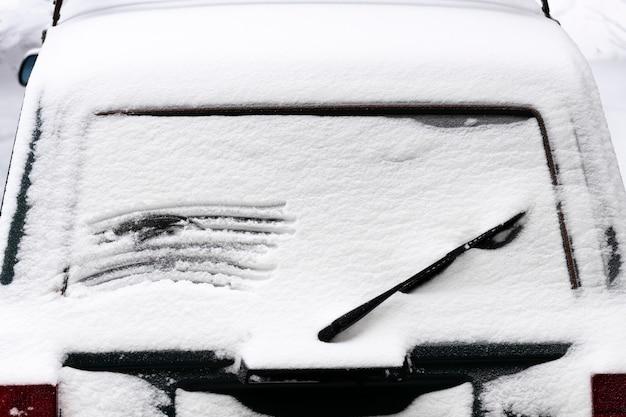 雪の中で凍った車。下から見る。高品質の写真