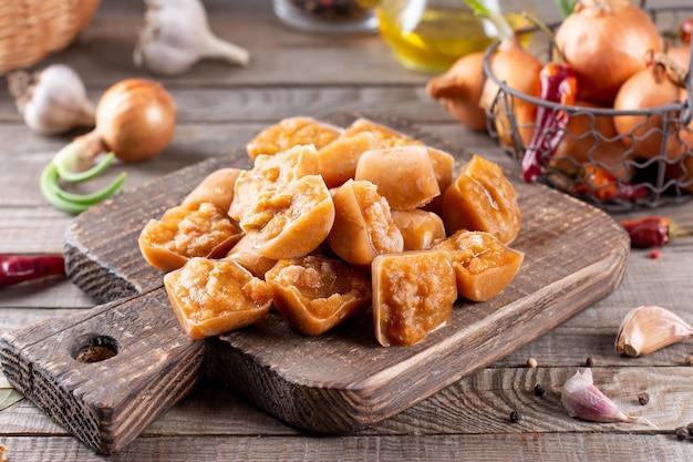Замороженная икра овощей: кабачки и морковь на деревянном столе. здоровая и вкусная веганская еда.