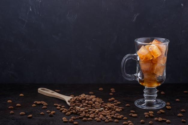 커피를 따르기 전에 유리에 냉동 커피 얼음 조각