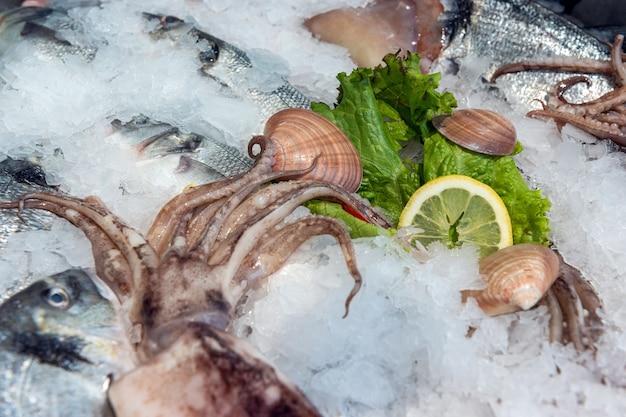 市場の氷上で冷凍された魚やシーフード