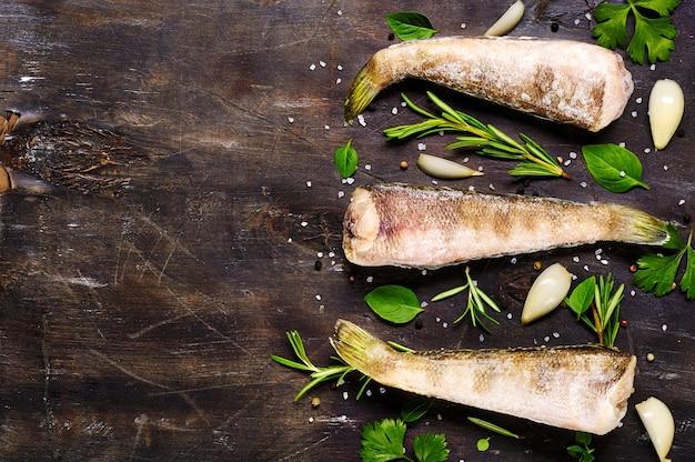 木製の背景に冷凍魚の死骸。ノトテニア