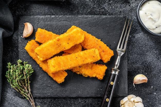 Замороженные рыбные палочки на столе