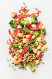 Замороженные продукты красочные овощи, изолированные на белом фоне