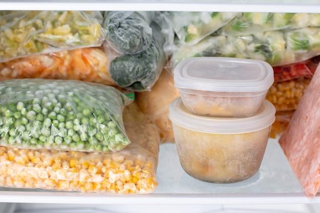 냉동실에서 냉동 식품 냉동실에서 준비된 식사
