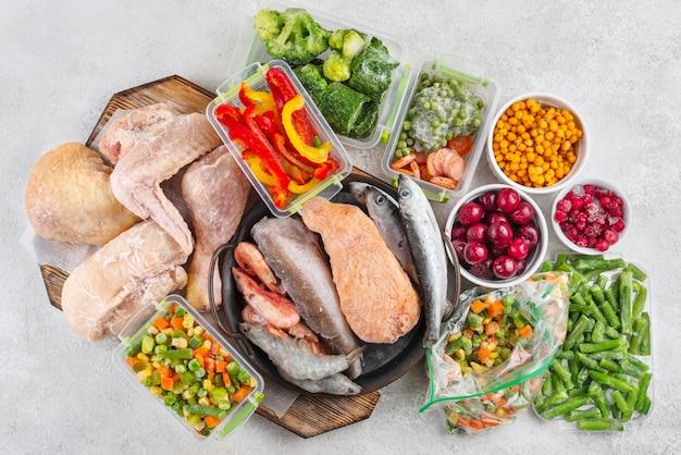 테이블 배열에 냉동 식품
