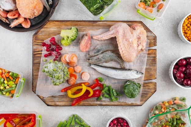 Замороженные продукты на столе