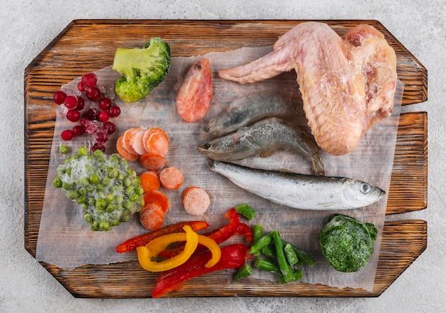 Alimenti surgelati sulla disposizione dei tavoli