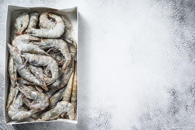 Замороженные свежие большие креветки, креветки, приготовленные для приготовления морепродуктов. белый фон. ,