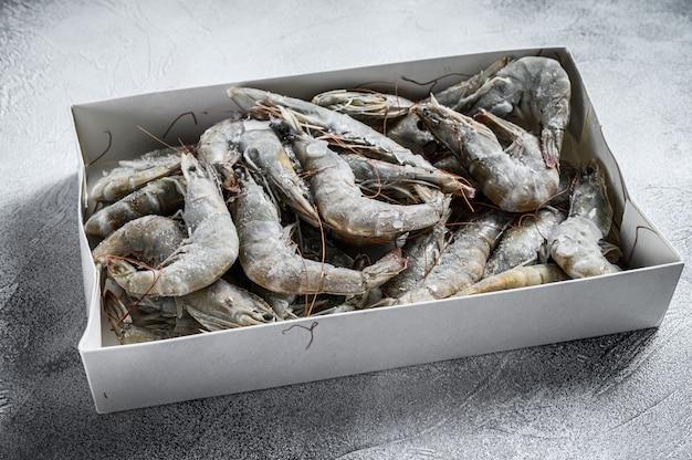 Замороженные свежие большие креветки, креветки, приготовленные для приготовления морепродуктов.