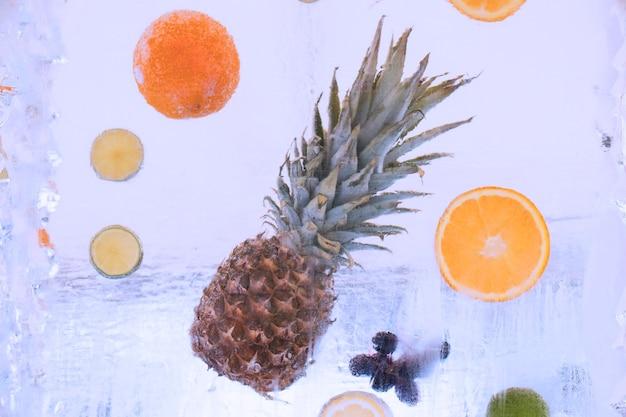 Замороженные фрукты зимой на льду