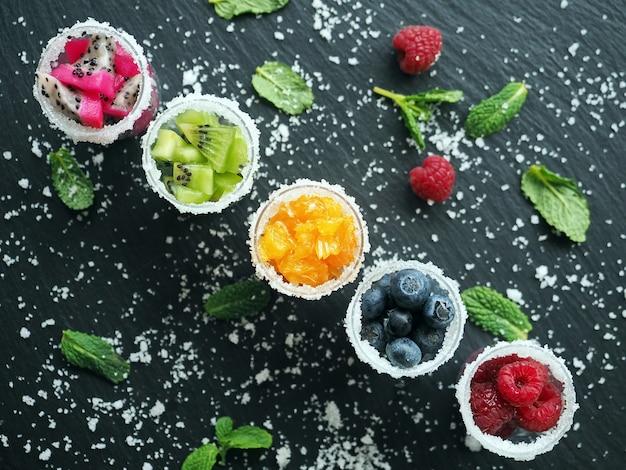 グラスで冷凍フルーツとベリー