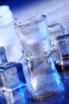 차가운 알로 콜 음료와 냉동 안경