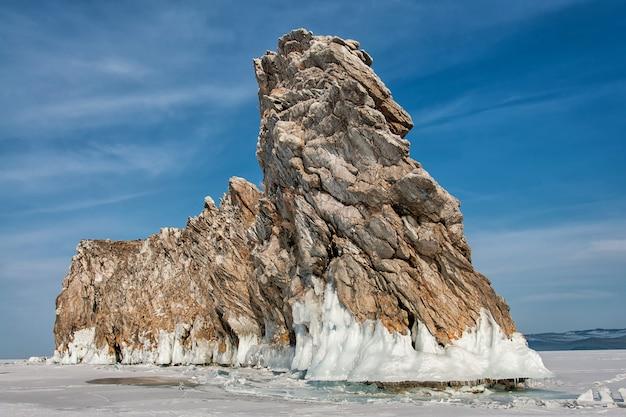 Замерзшее озеро и скалы возле ледяной пещеры