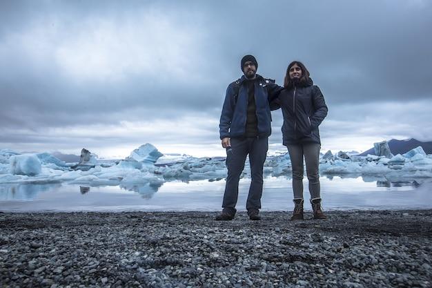 アイスランドのヨークルスアゥルロゥンの凍った湖