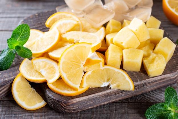木製のテーブルのまな板に冷凍レモン