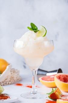冷凍メスカルまたはメスカルマルガリータカクテル、グレープフルーツ、セルツァー水、ライム。夏に人気の爽やかなドリンク