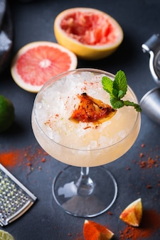 冷凍メスカルまたはメスカルのパロマカクテル、グレープフルーツのグリルとセルツァーウォーター、マルガリータグラス