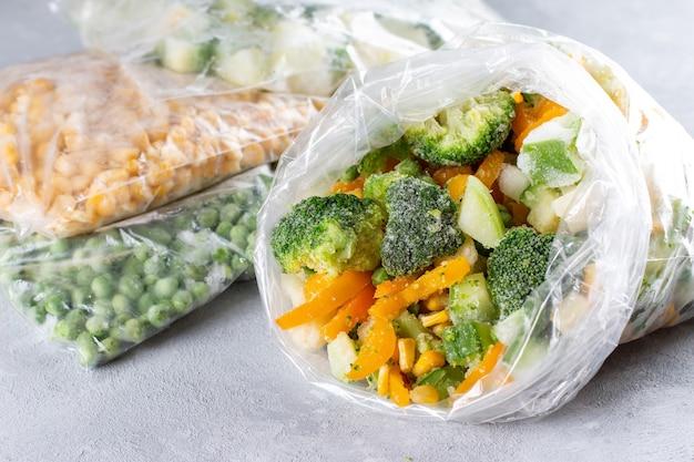 Замороженная овощная смесь в сумке на светлом фоне бетона