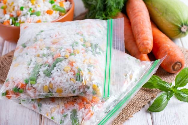 冷凍野菜を冷凍袋に入れて冷凍。冷凍野菜とご飯のミックス