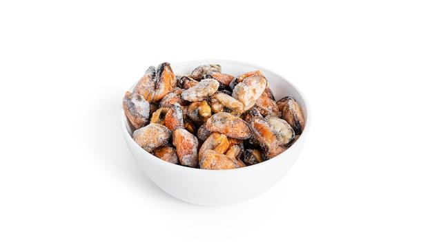 白に分離された冷凍ムール貝。
