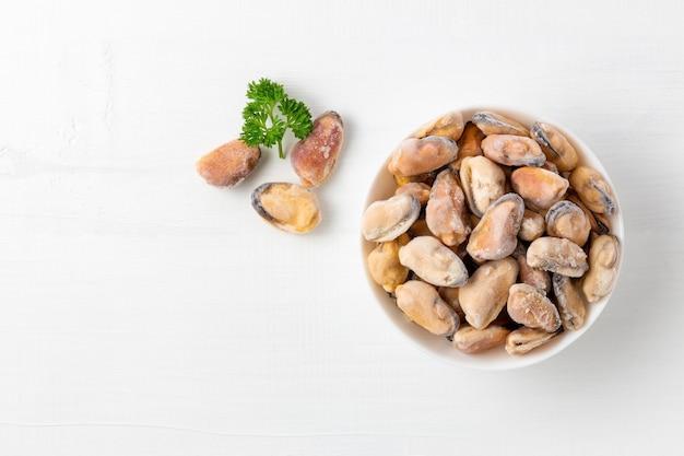 白い木のパセリと冷凍ムール貝