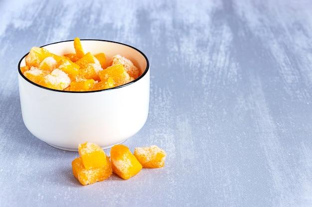 회색 테이블, 복사 공간에 흰색 그릇에 호박의 냉동 된 조각