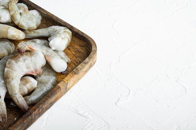 冷凍生生タイガーエビ、エビセット、木製トレイ、白い石の表面