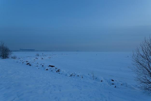 Замерзший берег финского залива в парке 300 лет в вечернем санкт-петербурге, россия.