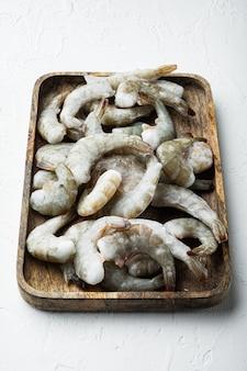 흰 돌에 나무 쟁반에 타이거 새우 또는 아시아 타이거 새우 세트에 냉동 껍질