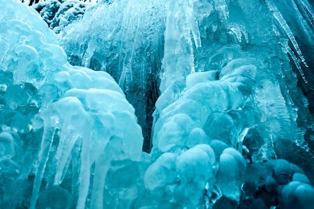 Замороженный небольшой горный синий водопад крупным планом