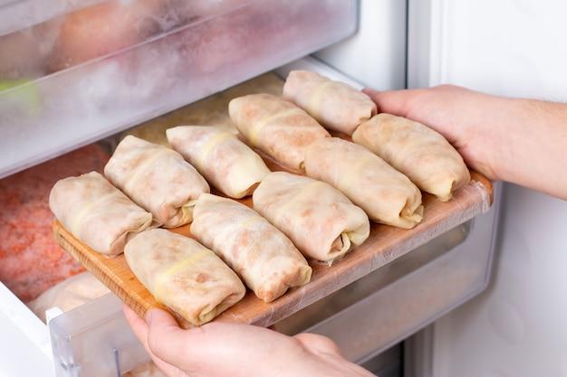 冷凍庫のまな板に冷凍キャベツを詰めたもの。半製品。冷凍食品