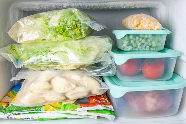 青いプラスチック容器に冷凍野菜と肉