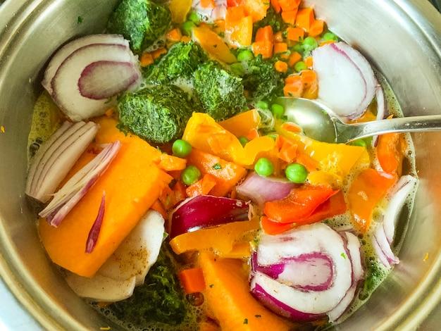 Замороженные овощи, приготовленные в кастрюле