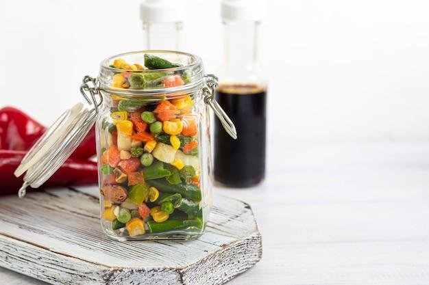 Замороженные овощи. замороженная овощная смесь из моркови, кукурузы и гороха, сельдерея и кукурузы.