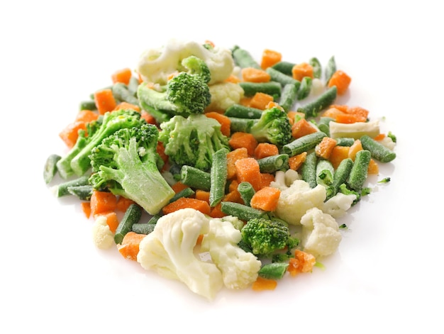 Замороженные овощи, изолированные на белом фоне