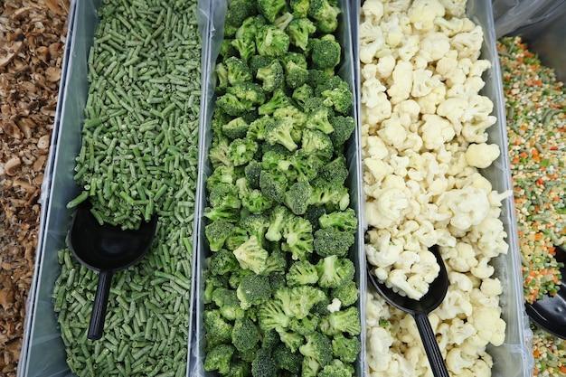 Замороженные овощи на прилавке магазина